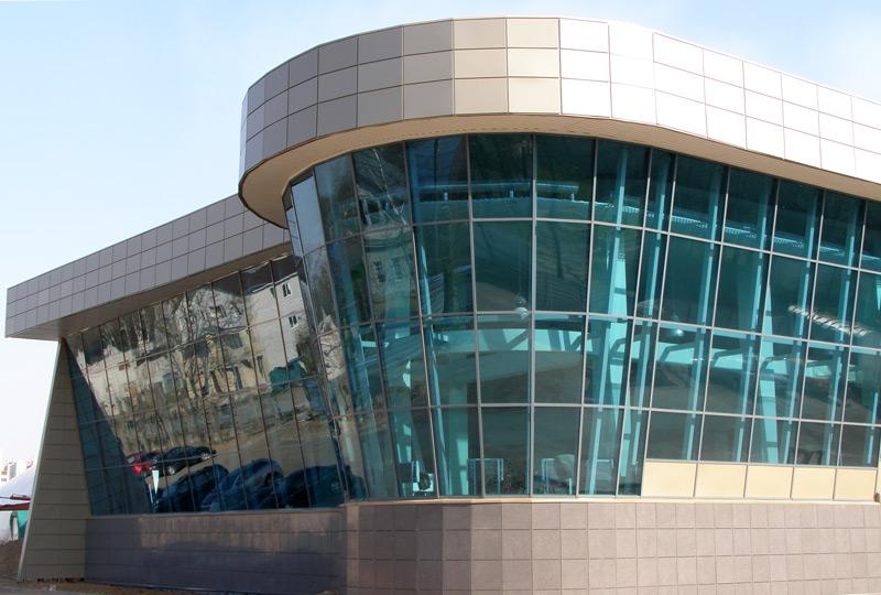 Гнутые линии фасада торгового центра