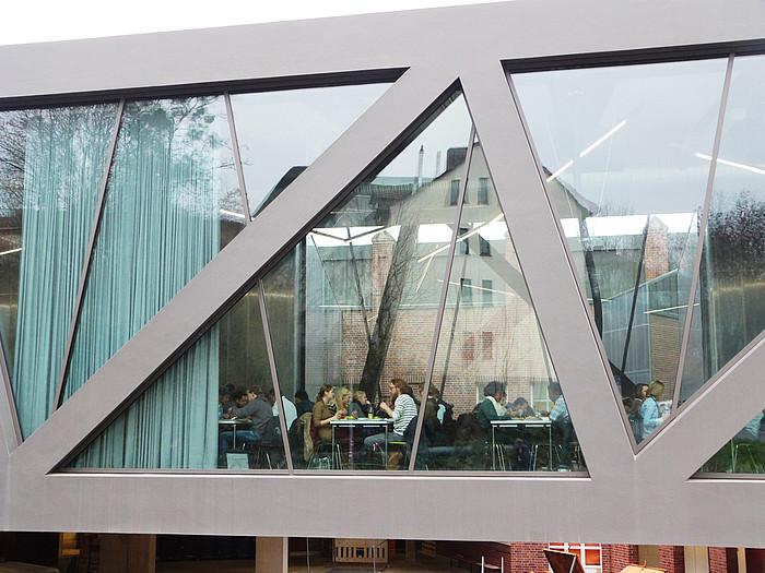 Алюминиевый профиль и стекло на фасаде