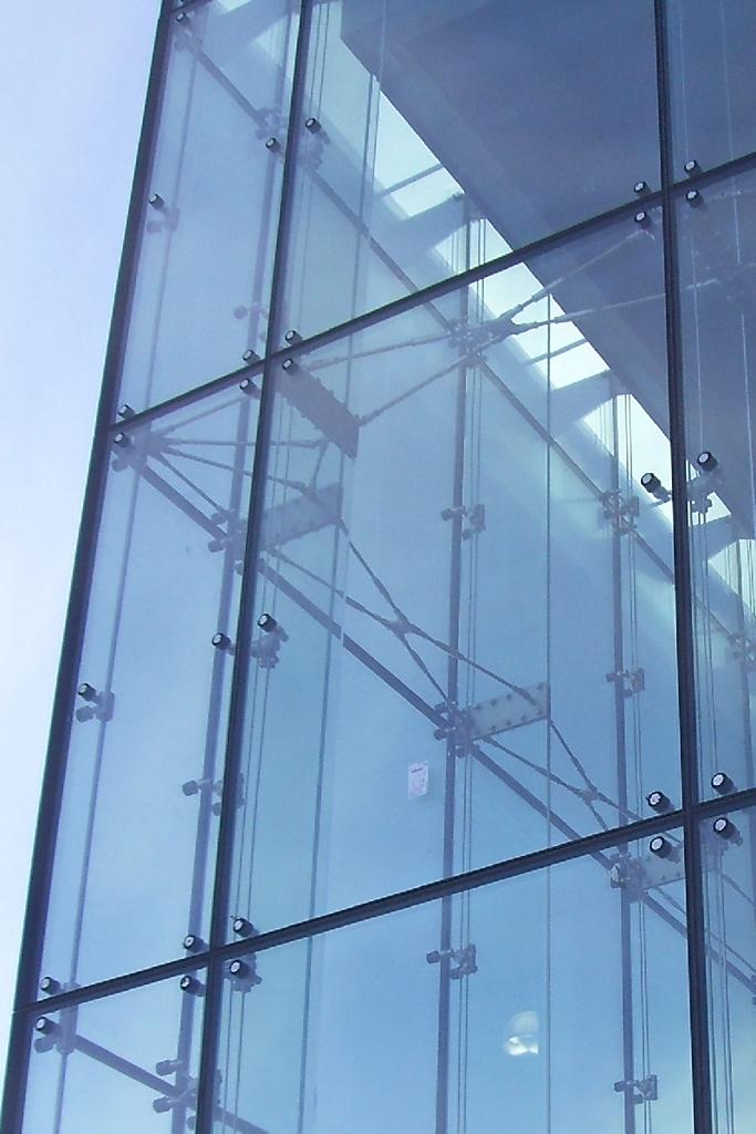 Фасад из спайдерного остекления