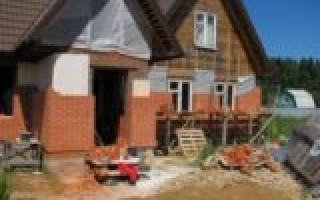 Особенности и основные этапы облицовки деревянного дома кирпичом