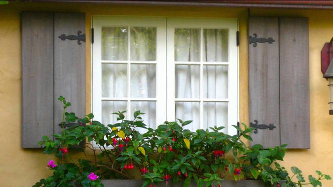 Декоративные ставни на фасаде