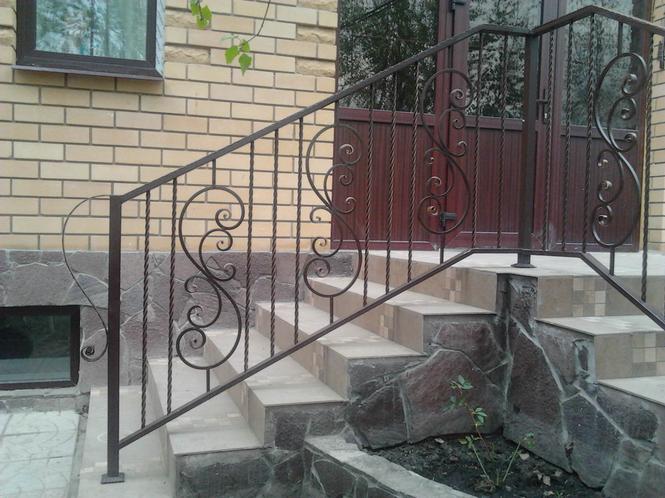 Перила украшают фасад