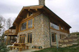 обшить дом из бруса можно камнем