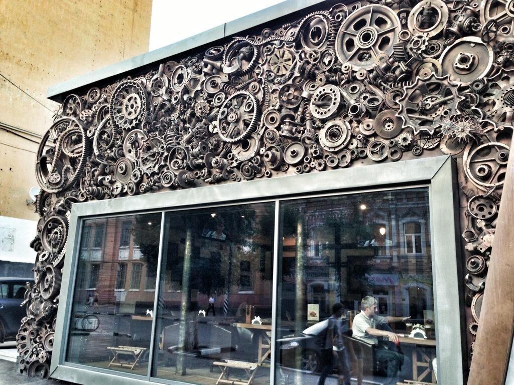 эксцентричный фасад кафе