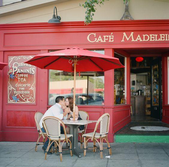 Романтичный фасад кафе