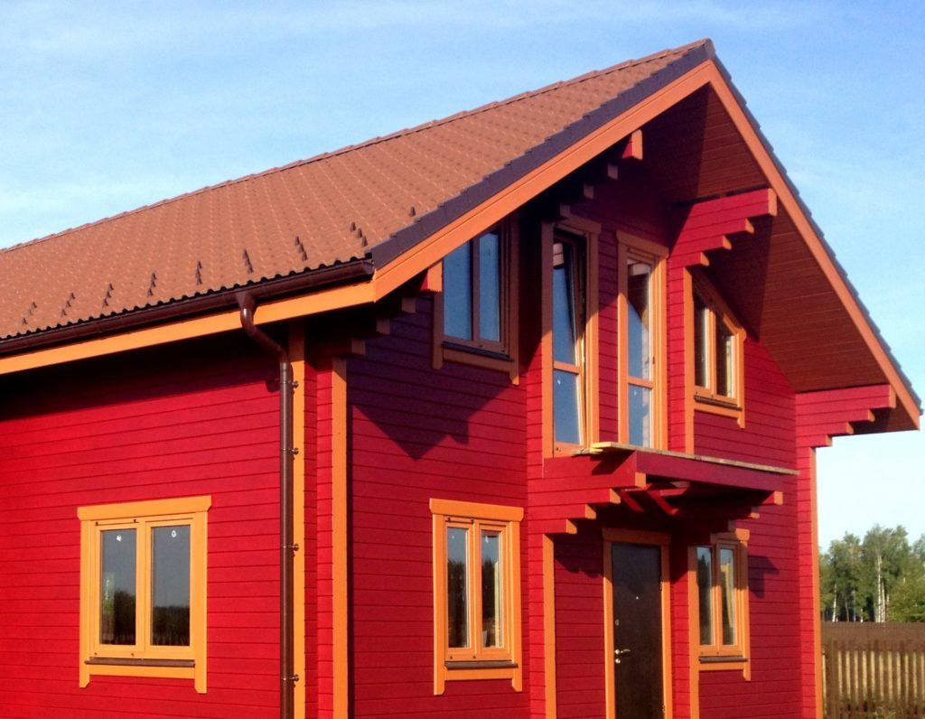 Покрашенный фасад деревянного дома
