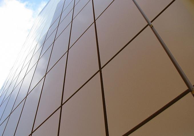 вентилируемый фасад на здании под металлокассеты