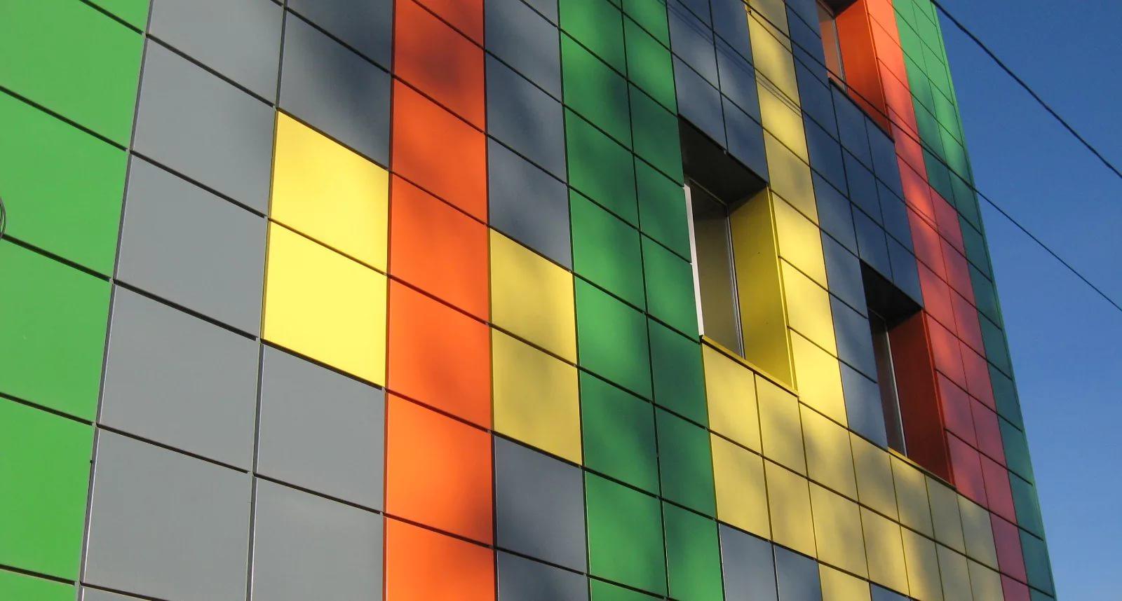 цветные металлические панели на фасаде