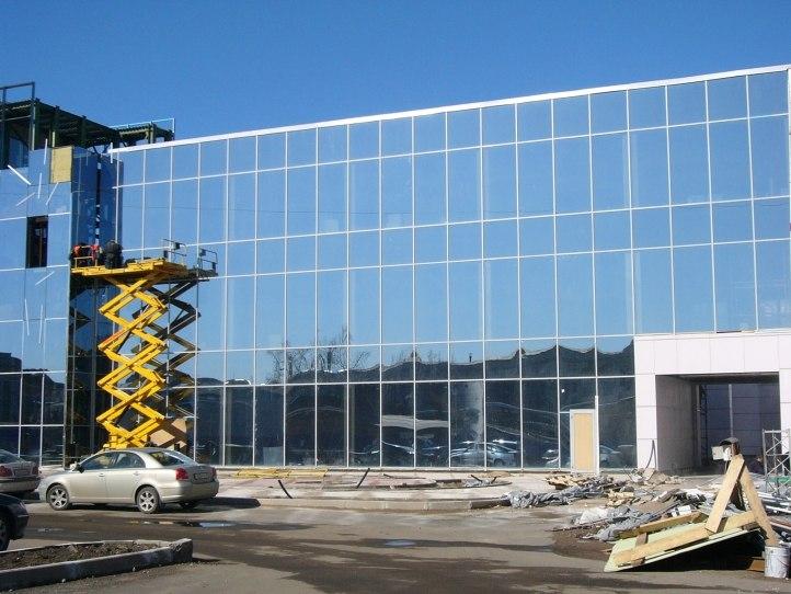 Фото фасада стеклянного торгового центра