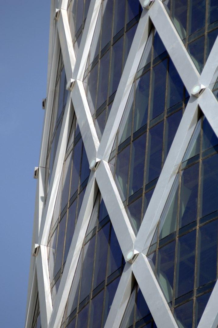 Фасад остекленного здания стоечно- ригельной конструкцией