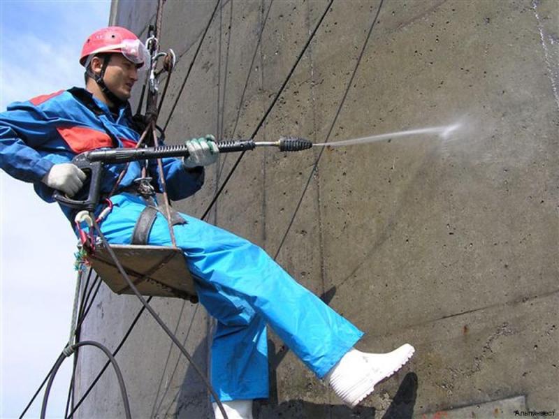 мытье фасада альпинистом