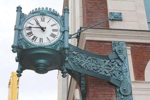 Часы фасадные уличные в России