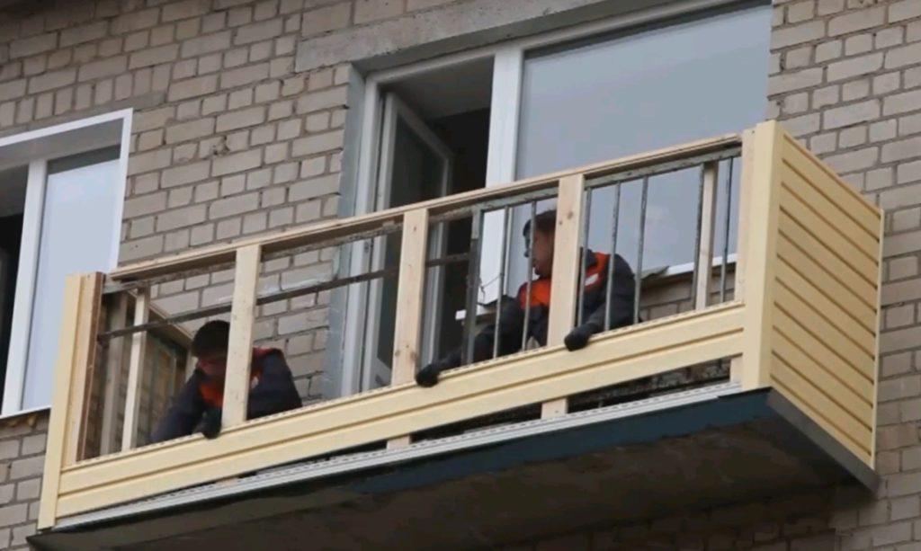 Отделать балкон снаружи сайдингом просто