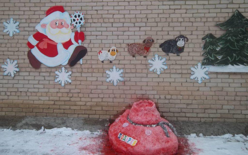 Фасад детского сада украсили к Новому году
