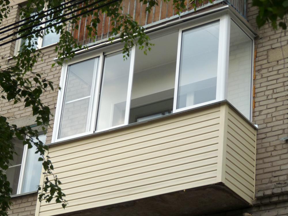 балкон снаружи обшит металлопрофилем