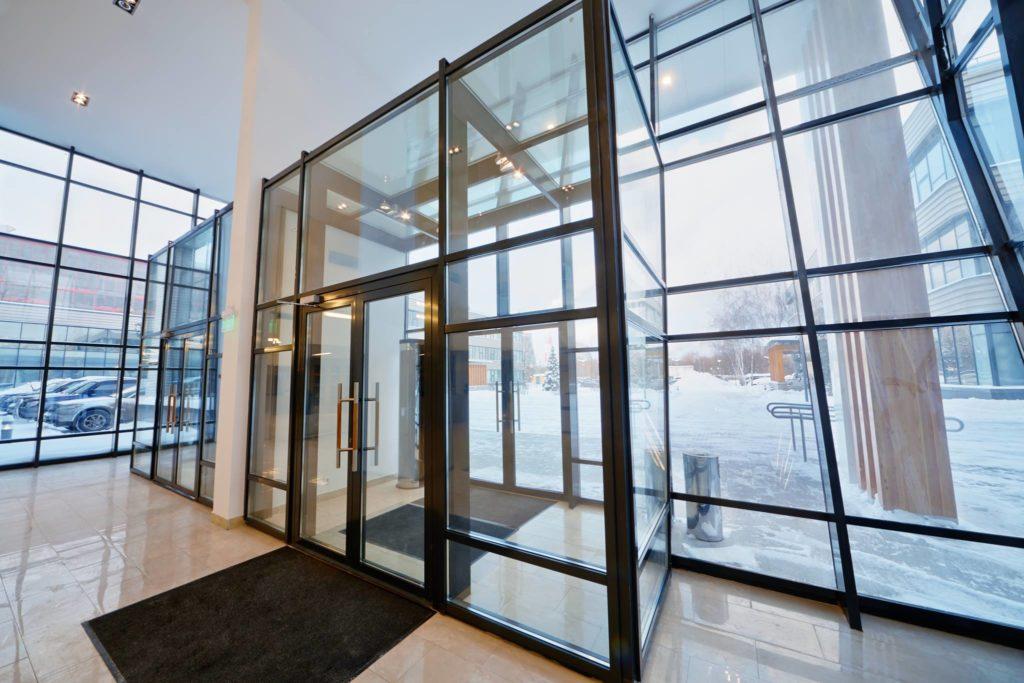 Стеклянные входные группы 36 фото выбор стекол для фасада в частный дом остекление входа стеклопакетами цельностеклянные конструкции