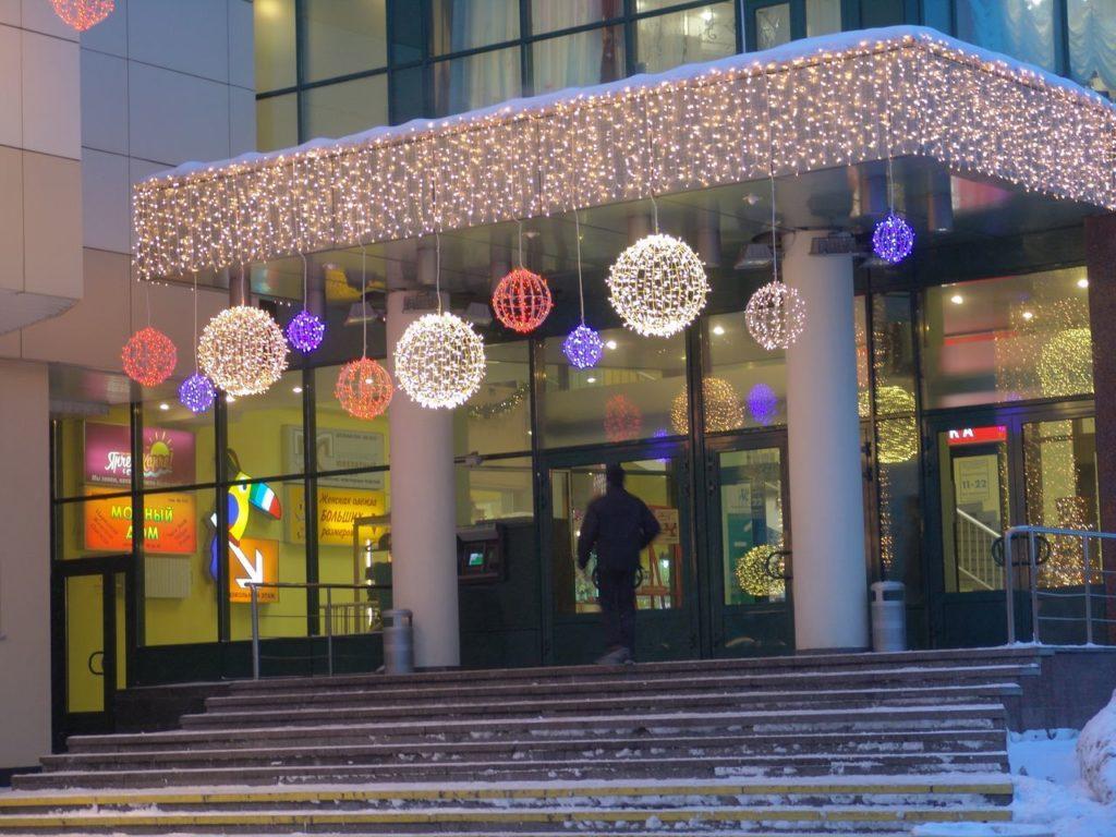 Фасад оформлен светодиодами к Новому году