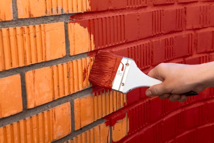 Покраска кирпичных стен фасада распылителем